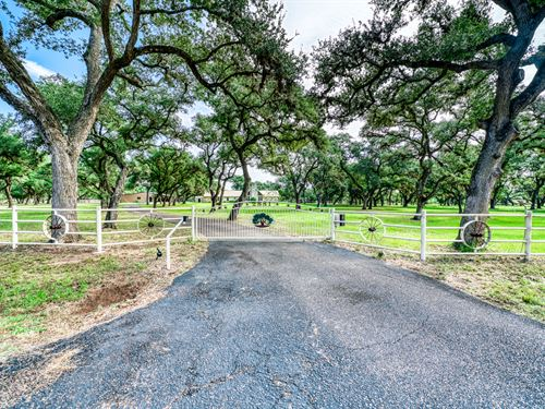 19+ Acres & Country Home : Cuero : De Witt County : Texas